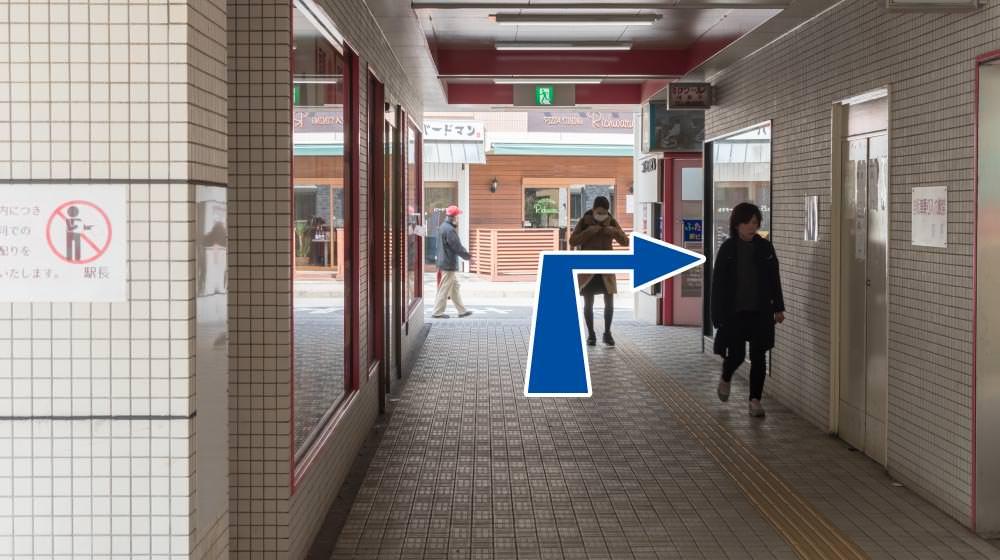 駅構内を出たら右折して線路を渡ります